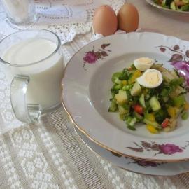 """Romantiska salātu porcija mājas kafejnīcā """"Tillu Kodukohvik""""."""